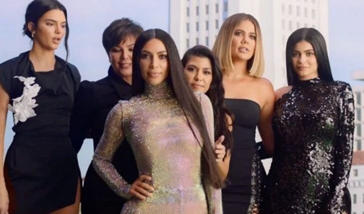 Kim Kardashian deixou fãs confusos e depois explicou como suas torneiras sem pia funcionam.