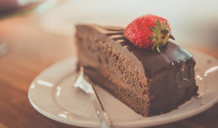 Aprenda a fazer um delicioso bolo de chocolate sem açúcar para diabéticos.
